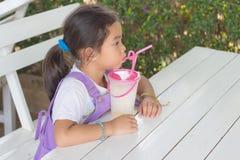 Η μαύρη τρίχα παιδιών πίνει τους καταφερτζήδες φρούτων Στοκ φωτογραφίες με δικαίωμα ελεύθερης χρήσης