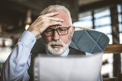 Η μεγάλη επιχείρηση κάνει τα μεγάλα προβλήματα Ανώτερος επιχειρηματίας στοκ εικόνα