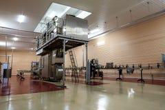 Η μεγάλη μηχανή συσκευασίας είναι στο εργοστάσιο στοκ φωτογραφία