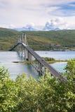 Η μεγάλη οδική γέφυρα συνδέει τα νορβηγικά νησιά σε Lofoten, Nordlan στοκ εικόνες με δικαίωμα ελεύθερης χρήσης