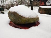 Η μεγάλη πέτρα που συνεδρίαση στο χάλυβα κάτω από το χιόνι Στοκ φωτογραφία με δικαίωμα ελεύθερης χρήσης