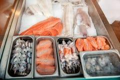 Η μεγάλη προθήκη με τις γαρίδες αλιεύει και τις λιχουδιές θαλασσινών στο μετρητή της νορβηγικής αγοράς ψαριών στοκ εικόνες