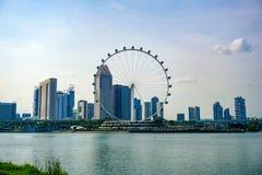 Η μεγάλη ρόδα ferris στο σύγχρονο ορίζοντα πόλεων και ο κόλπος ποτίζουν στο μέτωπο, Σιγκαπούρη στοκ εικόνες