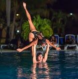 Η μεγάλη άποψη κινηματογραφήσεων σε πρώτο πλάνο των επαγγελματικών κουβανικών χορευτών στο ύψος παρουσιάζει στη λίμνη watter Στοκ εικόνα με δικαίωμα ελεύθερης χρήσης