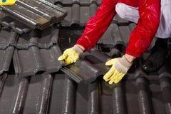 Εργαζόμενος στα κεραμίδια στεγών καθορισμού στεγών Στοκ φωτογραφίες με δικαίωμα ελεύθερης χρήσης