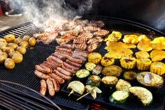 Η μεγάλη καυτή σχάρα με το κρέας, τα λουκάνικα και τα λαχανικά που είναι μαγειρεύουν Στοκ φωτογραφίες με δικαίωμα ελεύθερης χρήσης