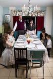 Η μεγάλη οικογένεια της Τουρκίας γευμάτων ημέρας των ευχαριστιών προσεύχεται Στοκ Εικόνες