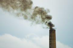 Η μεγάλη παλαιά βιομηχανική καπνοδόχος χωρίς κατάλληλο φίλτρο είναι επικίνδυνη στην υγεία ανθρώπων στις μεγάλες πόλεις όπως Βελιγ Στοκ εικόνα με δικαίωμα ελεύθερης χρήσης