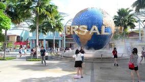 Η μεγάλη περιστρεφόμενη πηγή σφαιρών μπροστά από τα UNIVERSAL STUDIO στις 13 Ιανουαρίου 2015 στο νησί Sentosa, Σιγκαπούρη απόθεμα βίντεο