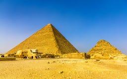 Η μεγάλη πυραμίδα Giza και μικρότερη πυραμίδα Henutsen Στοκ Εικόνα