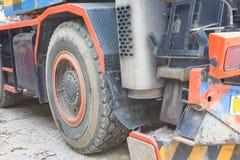 Η μεγάλη ρόδα του γερανού φορτηγών Στοκ Φωτογραφία