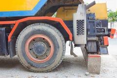 Η μεγάλη ρόδα του γερανού φορτηγών Στοκ εικόνες με δικαίωμα ελεύθερης χρήσης
