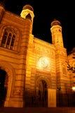 Η μεγάλη συναγωγή στη Βουδαπέστη (Ουγγαρία) τη νύχτα Στοκ Φωτογραφία