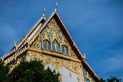 Η μεγάλη ταϊλανδική εκκλησία κάτω από το μπλε ουρανό Στοκ Εικόνες