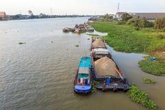 Η μεγάλη φορτηγίδα φέρνει την άμμο στον ποταμό στοκ εικόνες