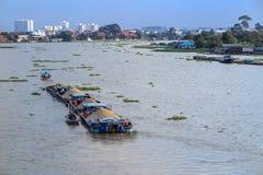Η μεγάλη φορτηγίδα φέρνει την άμμο στον ποταμό στοκ φωτογραφίες