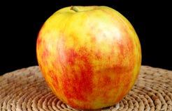 Η μεγάλη Apple στον πίνακα Στοκ Εικόνες