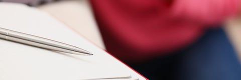 Η μελέτη γυναικών σκληρή γράφει κάτω τις πληροφορίες στο σημειωματάριο στοκ φωτογραφία με δικαίωμα ελεύθερης χρήσης