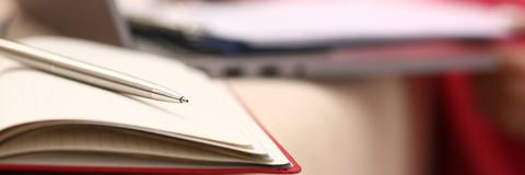 Η μελέτη γυναικών σκληρή γράφει κάτω τις πληροφορίες στο σημειωματάριο στοκ εικόνα με δικαίωμα ελεύθερης χρήσης