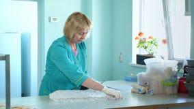 Η μελέτη εργαζομένων εργαστηρίων, εξετάζει τους βλαστημένους, ριζοβολημένους σπόρους καλαμποκιού, στο εργαστήριο Εργαστηριακή έρε
