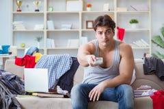 Η μελέτη εργασίας νεαρών άνδρων στο ακατάστατο δωμάτιο Στοκ φωτογραφία με δικαίωμα ελεύθερης χρήσης