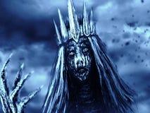 Η μελαχροινή βασίλισσα με την κορώνα τραβά το οστεώδες χέρι Μπλε χρώμα υποβάθρου στοκ φωτογραφία με δικαίωμα ελεύθερης χρήσης