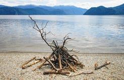 Η μελλοντική πυρκαγιά στην ακτή της λίμνης Teletskoe ως σύμβολο του υπολοίπου Στοκ Φωτογραφία
