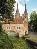 Η μεσαιωνική ανατολική πύλη Oostpoort στο Ντελφτ που ενσωματώθηκε Στοκ Φωτογραφία