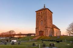 Η μεσαιωνική εκκλησία πετρών σε Avaldsnes, στο νησί Karmoy, Νορβηγία, κάθετη εικόνα της μπροστινών εισόδου και των σκαλοπατιών στοκ εικόνες