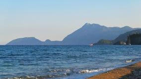 Η μεσογειακή ακτή της Τουρκίας, οι βάρκες και τα σκάφη επιπλέουν κοντά στην ακτή, βουνά σε ένα ακρωτήριο απόθεμα βίντεο