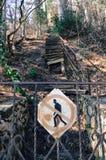 Η μετάβαση είναι απαγορευμένη και κλειστή από έναν φράκτη σιδήρου Στοκ εικόνες με δικαίωμα ελεύθερης χρήσης