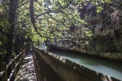 Η μετάβαση κατά μήκος του ποταμού Jucar κατά τη διάρκεια του φθινοπώρου, παίρνει σε Alcala του τ Στοκ Φωτογραφία
