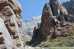 Η μετάβαση μεταξύ δύο βράχων στα βουνά στοκ φωτογραφίες