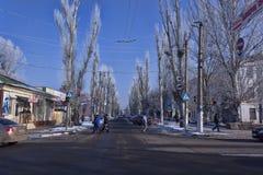 Η μετακίνηση στις οδούς Sloviansk ρυθμίζει το νέο φωτεινό σηματοδότη στοκ εικόνα με δικαίωμα ελεύθερης χρήσης