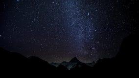 Η μετακίνηση των αστεριών στο νυχτερινό ουρανό πέρα από τα Ιμαλάια απόθεμα βίντεο