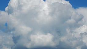 Η μετακίνηση των σύννεφων κατά τη διάρκεια μιας καταιγίδας και μιας θύελλας φιλμ μικρού μήκους