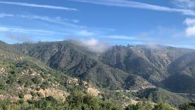 Η μετακίνηση των σύννεφων στα βουνά Καλιφόρνιας Σαφής ηλιόλουστη ημέρα απόθεμα βίντεο