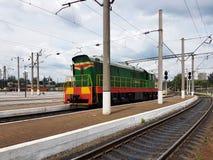 Η μετακινώντας ατμομηχανή diesel των πράσινων και κόκκινων χρωμάτων στέκεται κοντά σε Peron Τραίνο τρακτέρ των σοβιετικών χρόνων  στοκ εικόνες