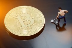 Η μεταλλεία χρημάτων Bitcoin συνδέει το δίκτυο Ίντερνετ στοκ φωτογραφίες