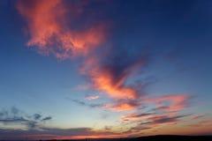 Η μετατόπιση πέρα από τον ορίζοντα ο ήλιος φωτίζει τα σύννεφα Στοκ εικόνες με δικαίωμα ελεύθερης χρήσης
