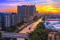 Η μεταφορά νερού είναι ένας πολιτισμός Κανάλι Saep Saen τη νύχτα Ατμόσφαιρα της Μπανγκόκ στην Ταϊλάνδη στοκ φωτογραφία