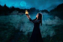 Η μελαχροινή μάγισσα δημιουργεί Στοκ φωτογραφία με δικαίωμα ελεύθερης χρήσης