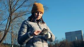 Η με ειδικές ανάγκες γυναίκα χρησιμοποιεί ένα κινητό τηλέφωνο, κλείνε φιλμ μικρού μήκους