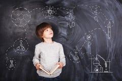 Η μελετημένη αγόρι χημεία Στοκ Εικόνες