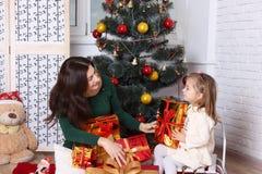 Η μητέρα δίνει στη μικρή κόρη ένα δώρο στοκ εικόνες με δικαίωμα ελεύθερης χρήσης