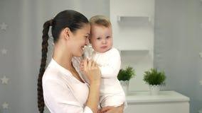 Η μητέρα αγαπά το μωρό φιλμ μικρού μήκους