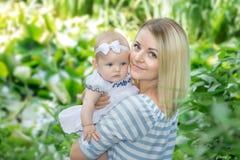 Η μητέρα αγκαλιάζει την κόρη της Στοκ εικόνα με δικαίωμα ελεύθερης χρήσης
