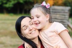 Η μητέρα αγκαλιάζει την κόρη της στοκ εικόνες με δικαίωμα ελεύθερης χρήσης