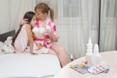 Η μητέρα αγκαλιάζει το άρρωστο παιδί επώδυνος λαιμός, γρίπη στοκ εικόνα με δικαίωμα ελεύθερης χρήσης