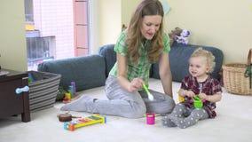 Η μητέρα αναπτύσσει τη φαντασία κορών της με την κατανάλωση των αόρατων τροφίμων από το πιάτο παιχνιδιών φιλμ μικρού μήκους